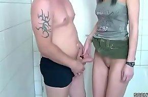 Bruder ueberrascht sie im Badezimmer und bringt sie zum Fick